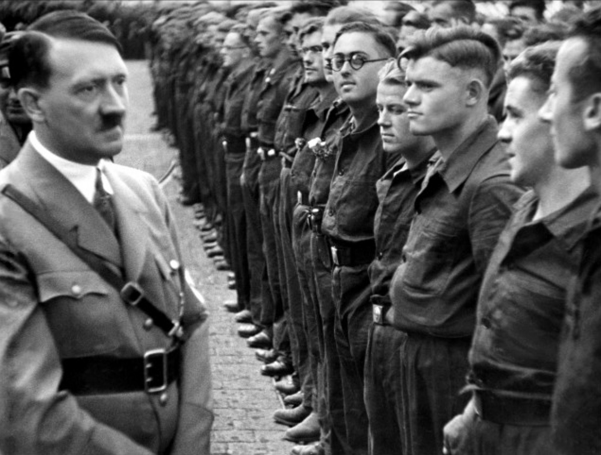 nuremberg-inspection-hitler-pensive-kind