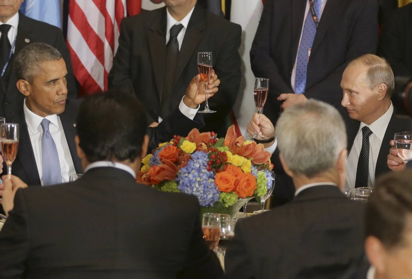 Russian President Vladimir Putin (R) and U.S. President Barack Obama share a toast during the luncheon at the United Nations General Assembly in New York, September 28, 2015. REUTERS/Mikhail Metzel/RIA Novosti/Pool ATTENTION EDITORS - THIS IMAGE HAS BEEN SUPPLIED BY A THIRD PARTY. IT IS DISTRIBUTED, EXACTLY AS RECEIVED BY REUTERS, AS A SERVICE TO CLIENTS. TPX IMAGES OF THE DAY