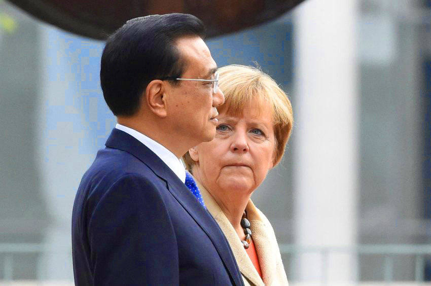 chinese-premier-li-angela-merkel-looks at-him