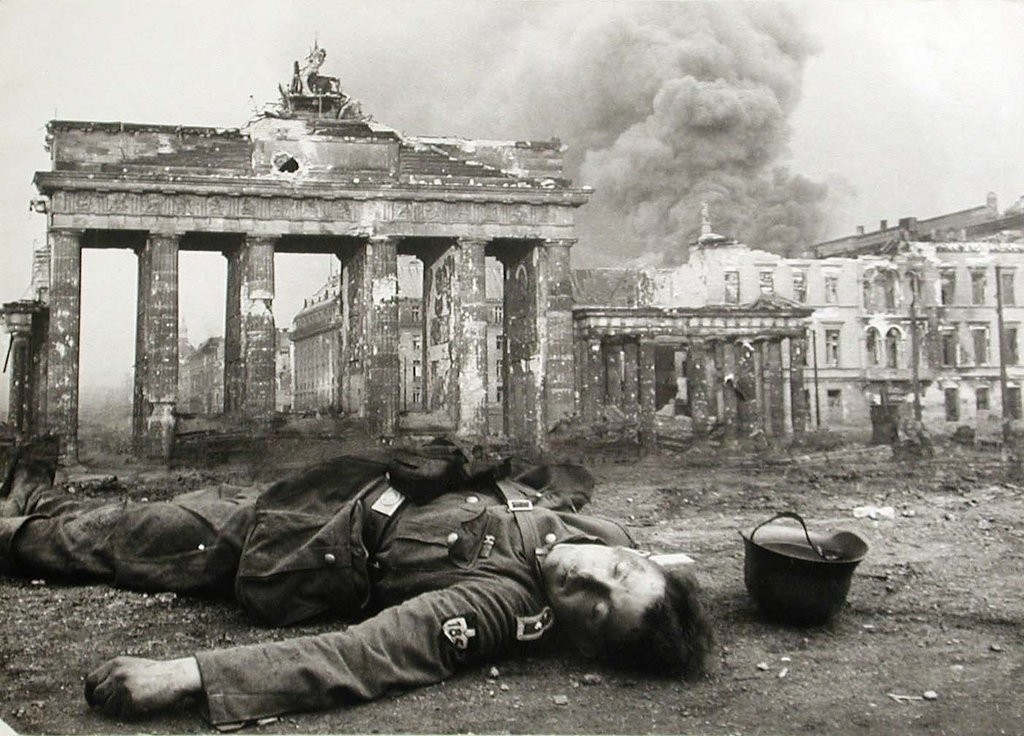 fallen_german_soldier_at_brandenburg_gate__1945__by_paul1820-d6l6pje