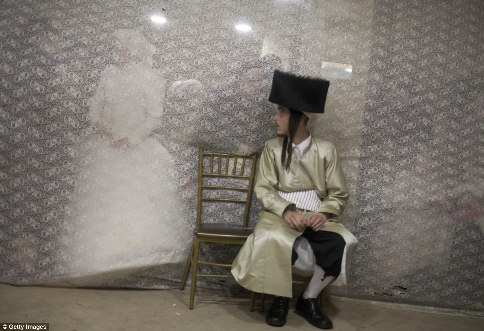 haredi-wedding-jerusalem-jewish-orthodox-rebekkah-disappears-behind-veil