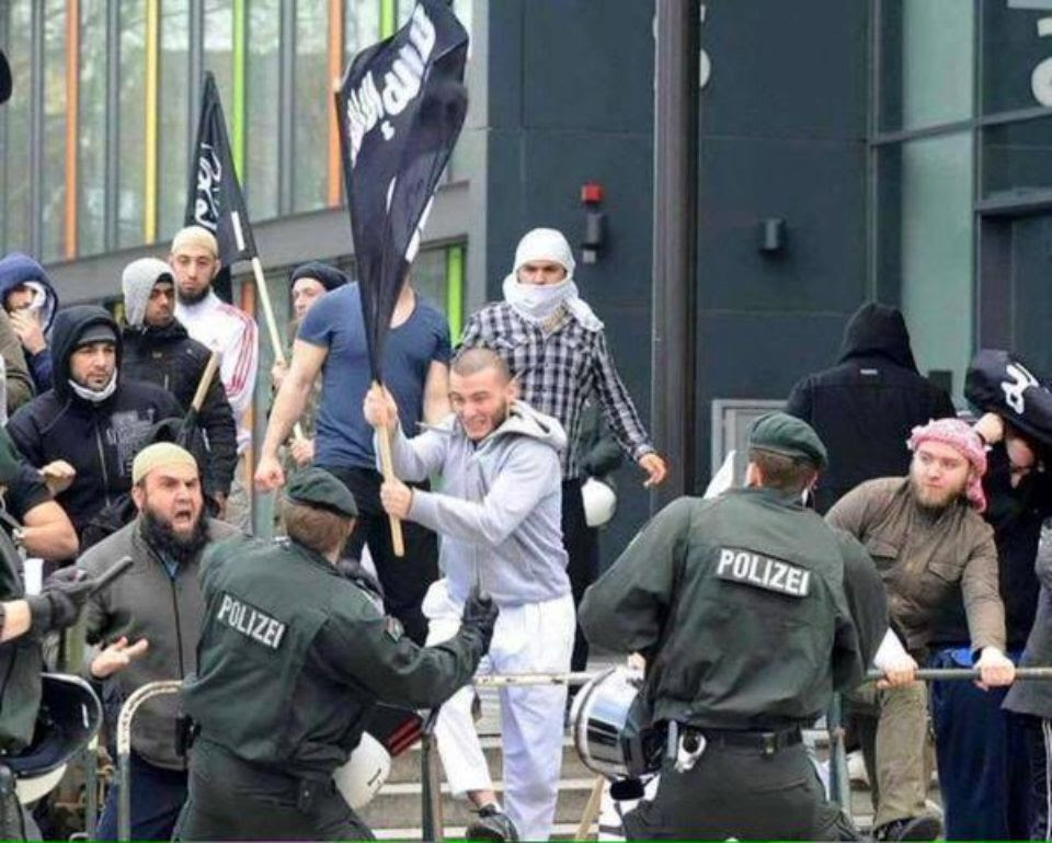 islamic-state-flag-muslims-confront-german-police