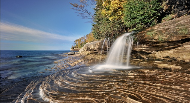 lake-superior-craggy-shoreline-up-michigan
