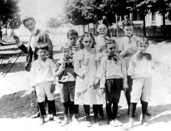 leo-frank-1894-age-10-weird-pose-other-kids