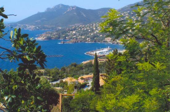 near-SanRaphael-coast-france-cote-d-azur